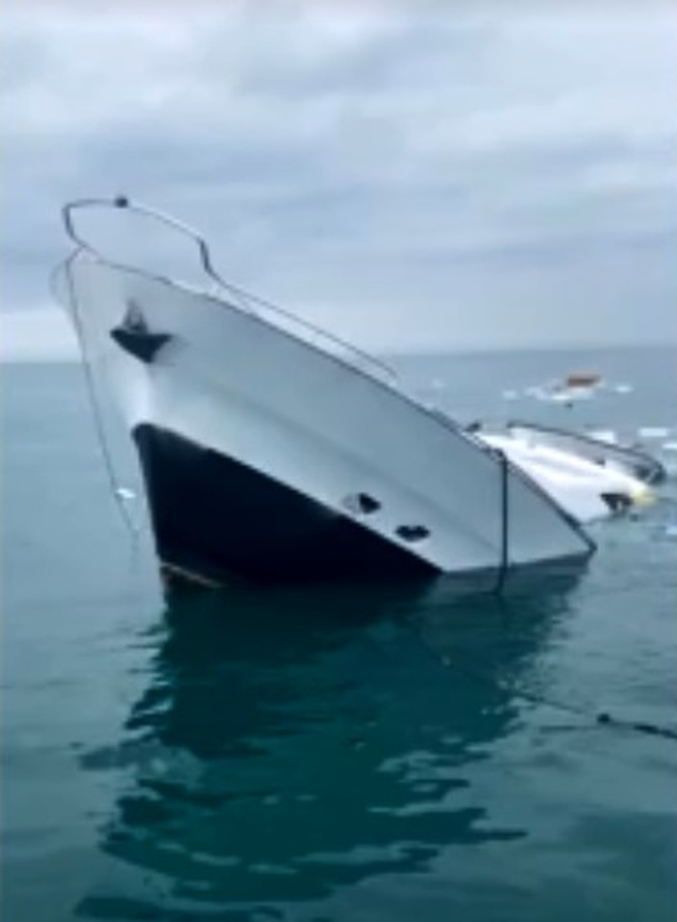 Lancha afundou pouco depois de tripulação ser regastada  — Foto: NSC TV/Reprodução