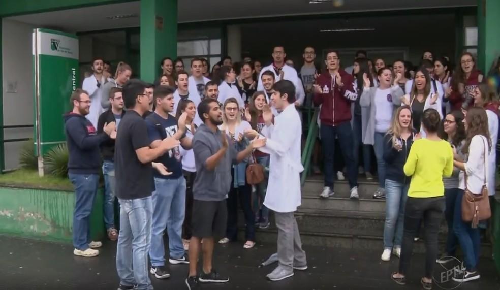 Alunos encerraram a greve nesta quinta-feira (24) em Pouso Alegre, MG (Foto: Reprodução/EPTV)
