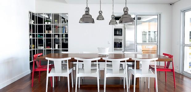 Entre o branco das paredes, estante e cadeiras, destacam-se as duas cabeceiras vermelhas. Repare que, apesar da cor diferente, elas são do mesmo modelo. Projeto da arquiteta Flávia Gerab Tayar (Foto: Edu Castello/Casa e Jardim)