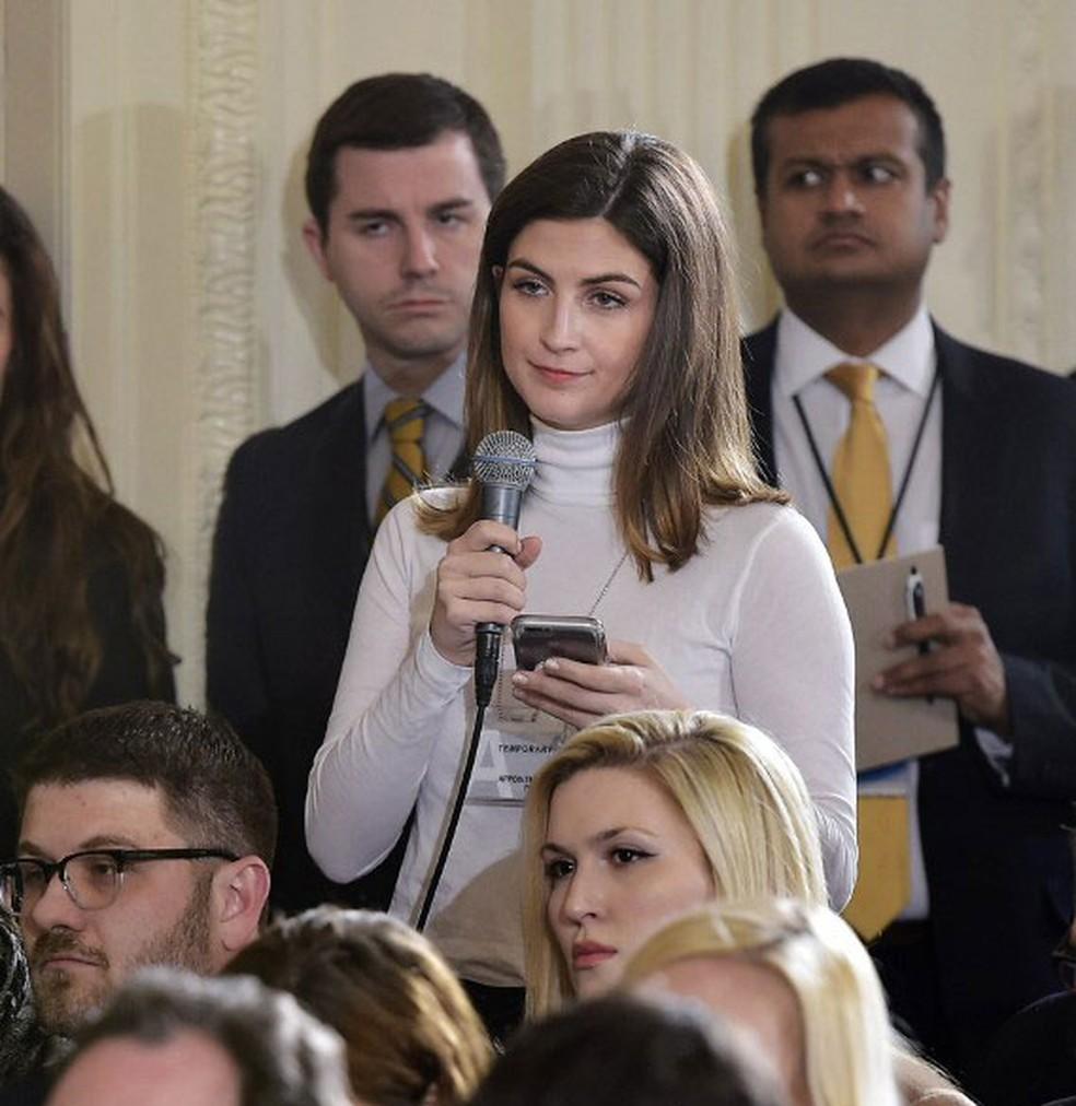 Repórter da CNN Kaitlan Collins (com o microfone na mão) durante evento na Casa Branca com o presidente americano, Donald Trump, e o premiê do Canadá, Justin Trudeau, em 13 de fevereiro (Foto: Mandel Ngan / AFP)
