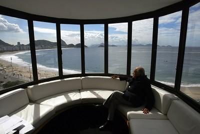 Oscar Nienmeyer em seu escritório
