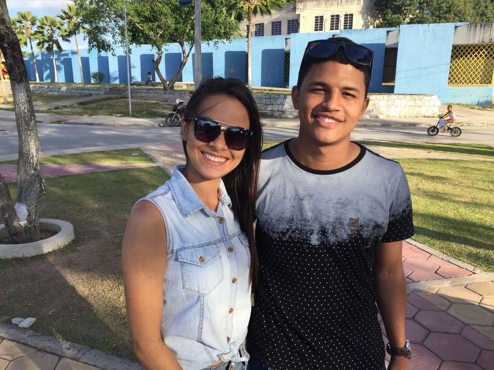 Os namorados Suellen Souza, 18, e Matias Torres, 19, se prepararam para as provas através de videoaulas na internet (Foto: George Arroxelas/G1)