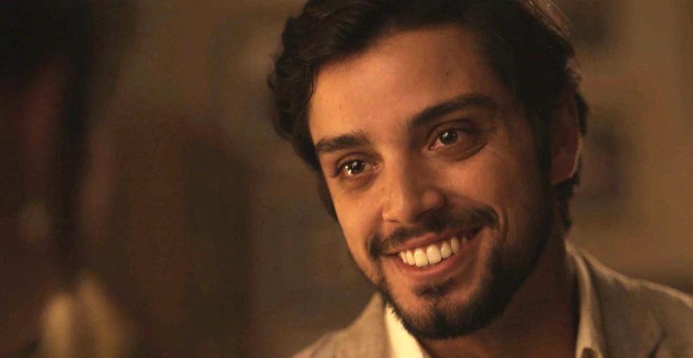 Ernesto faz surpresa romântica para Ema! (Foto: TV Globo)