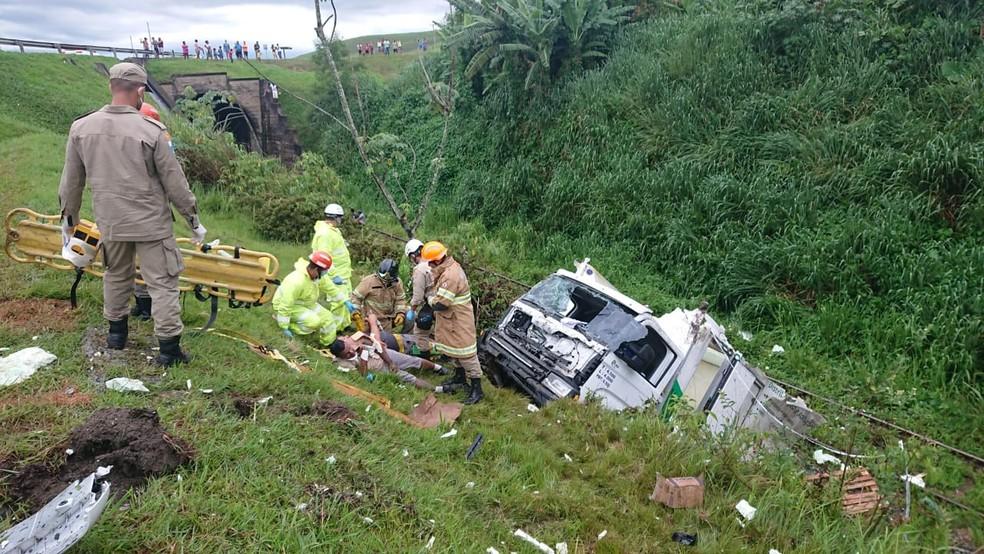 Vítimas foram socorridas para o Hospital de Emergência de Resende — Foto: Polícia Rodoviária Federal