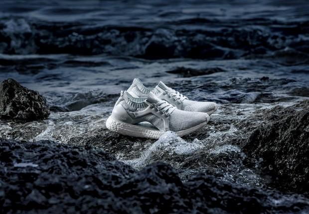 Em parceria com a ONG Parley for Oceans, Adidas lança modelo feito com 95% de plástico retirado dos oceanos e 5% por poliéster reciclado (Foto: Divulgação Adidas)
