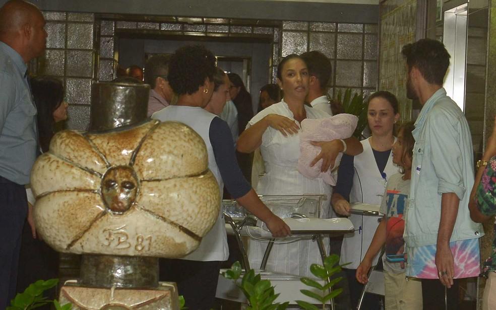 Ivete Sangalo com uma das gêmeasno colo ao deixar hospital em Salvador (Foto: Francisco Cepeda, Daniel Delmiro e Deividi Coarrea/AgNews)