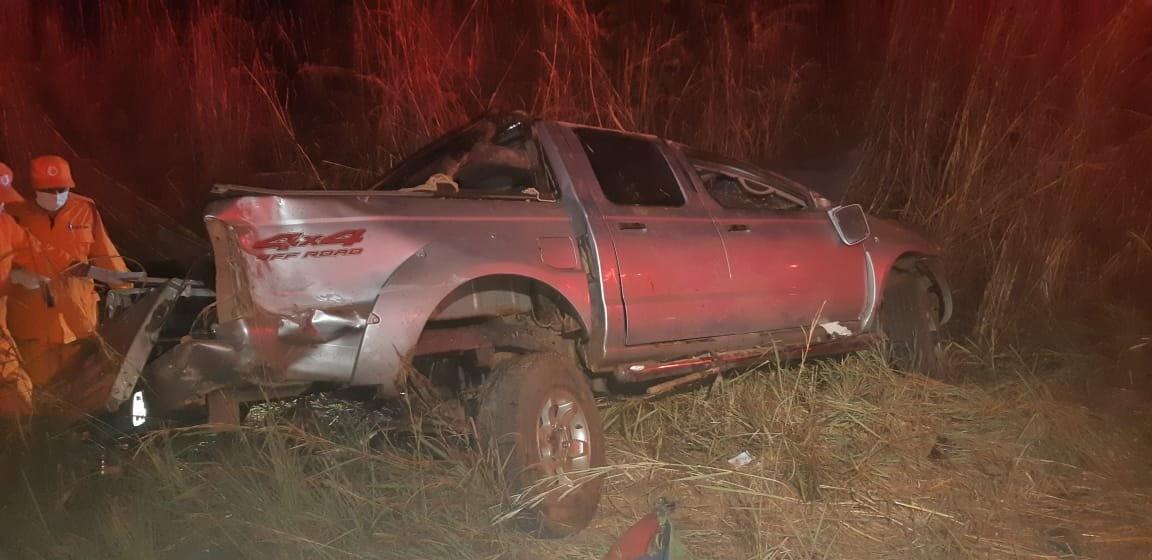Casal morre após caminhonete e caminhão baterem de frente na BR-153