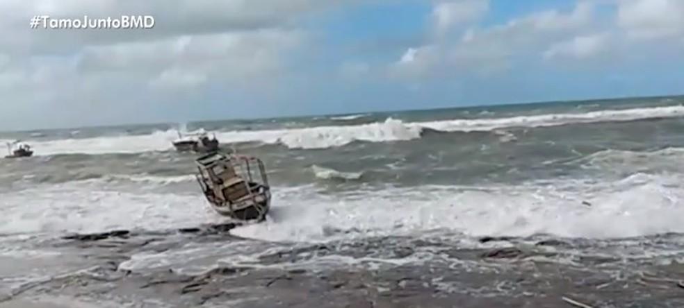 Mar agitado em Arembepe nesta segunda-feira (22) — Foto: Reprodução/ TV Bahia