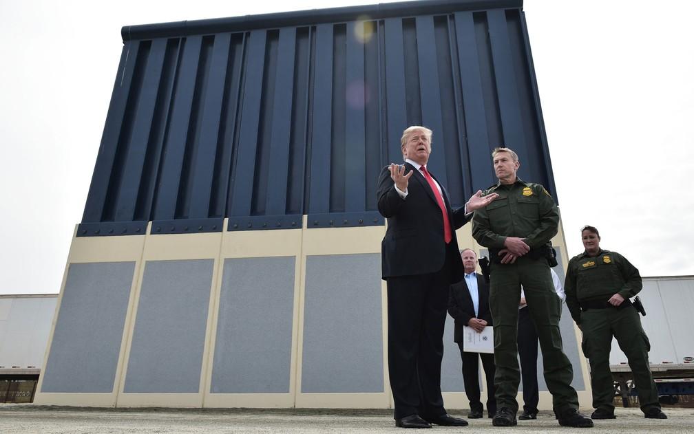 O presidente dos EUA, Donald Trump, visita protótipos do muro que pretende construir na fronteira com o México, em San Diego, na Califórnia, em março (Foto: Mandel Ngan/AFP)