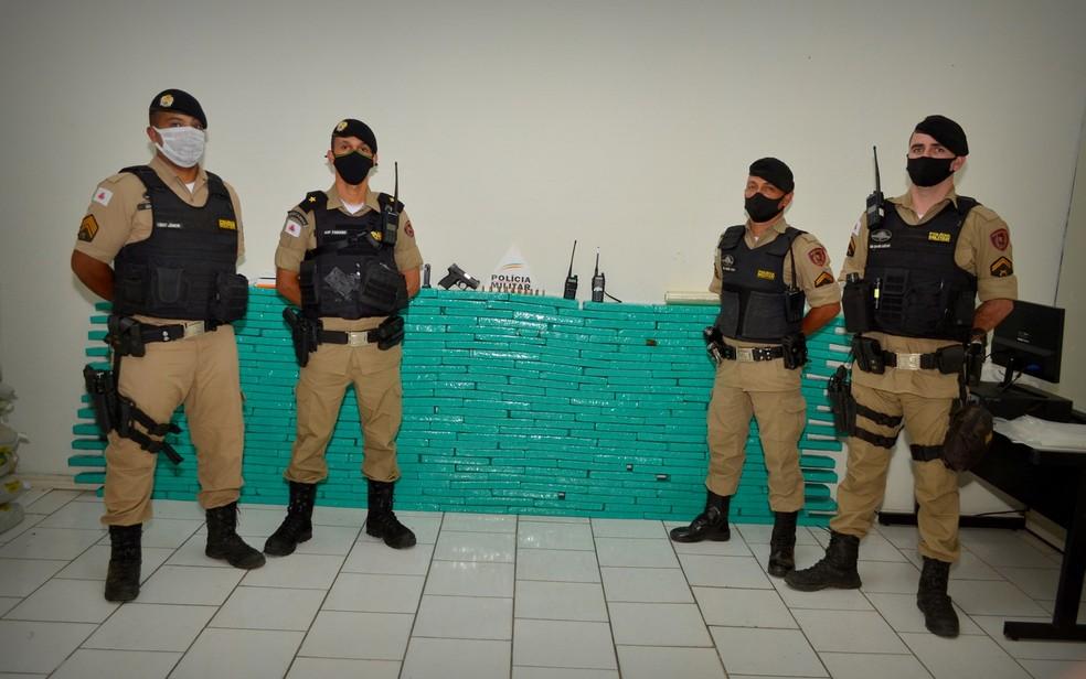 PM apreende cerca de 300 kg de maconha dentro de container, em Itajubá; droga é avaliada em meio milhão de reais — Foto: Plantão 24h MG