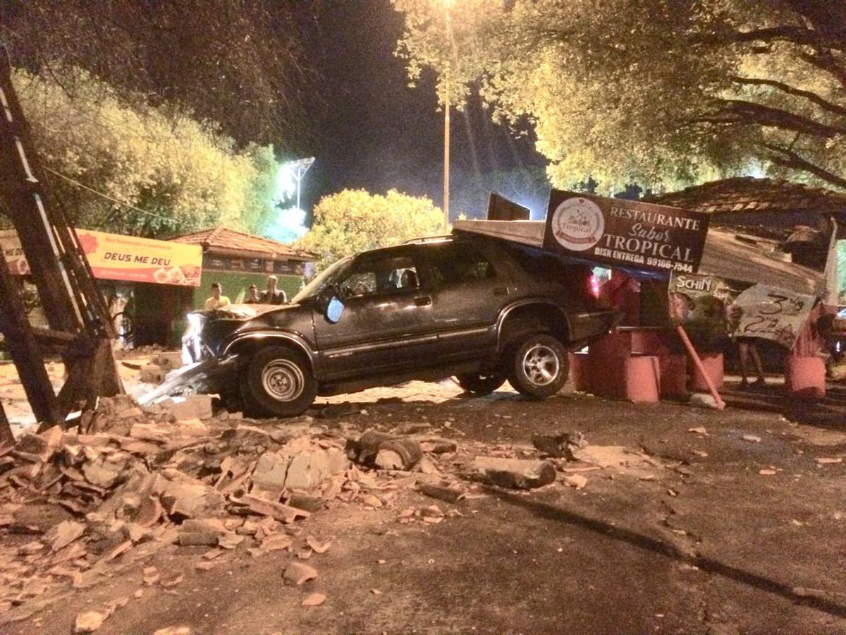 Motorista embriagado perde controle de carro e bate em quiosque no Centro de Boa Vista, diz PM