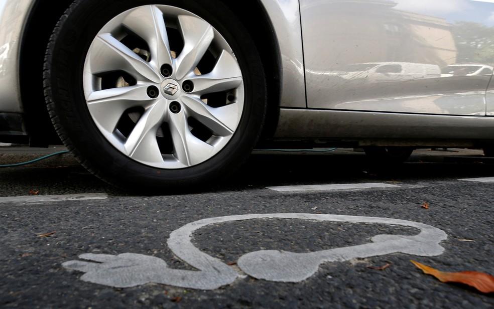 Vaga para carro elétrico perto de ponto de recarga em Paris (Foto: Philippe Wojazer/Reuters)
