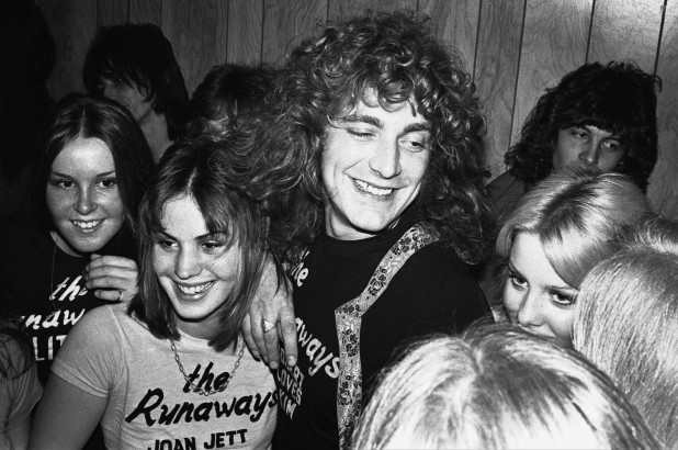 Robert Plant com as The Runaways (Lita Ford, Joan Jett and Cheri Curry)  (Foto: Getty Images)