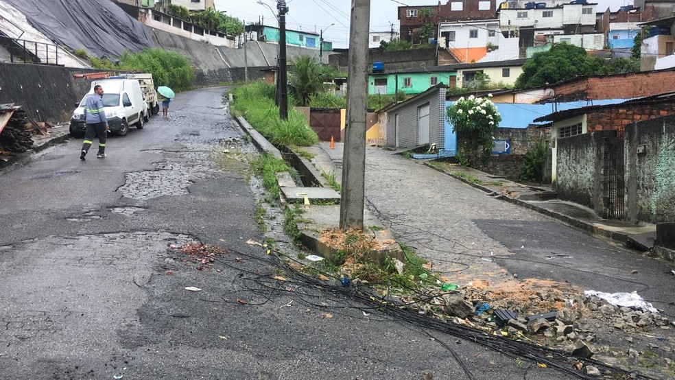 Acidente aconteceu no bairro da Macaxeira, na Zona Norte do Recife, na segunda-feira (20) — Foto: Elvys Lopes/TV Globo