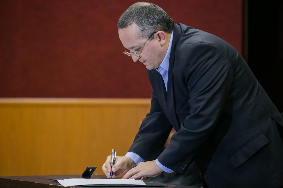 Governador Pedro Taques (PSDB) determinou que a Casa militar faça a segurança pessoal da juíza aposentada (Foto: Chico Valdiner/Gcom-MT)
