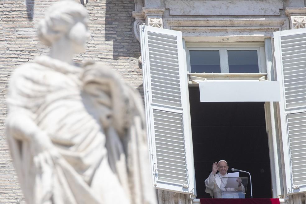 Papa dá benção da janela neste domingo (31) no Vaticano — Foto: Alessandra Tarantino/AP