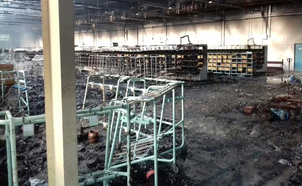 Galpão do centro de triagem ficou destruído após incêndio (Foto: Arquivo pessoal)