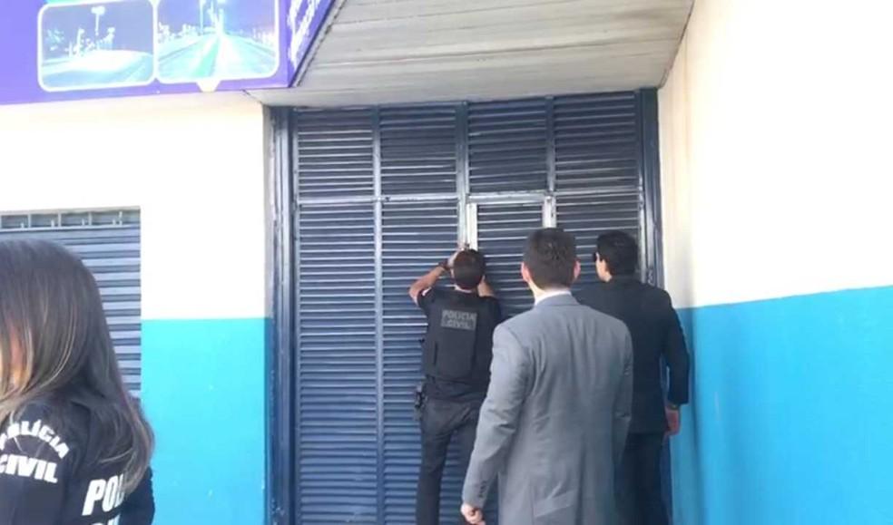 Policiais cumprem mandados da Operação Negociata em empresa de Goiânia — Foto: Guilherme Henrique/TV Anhanguera