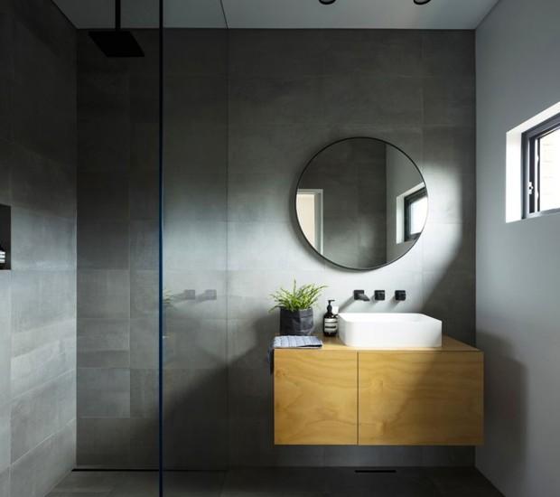O banheiro minimalista é iluminado por uma pequena janela (Foto: Brett Boardman Photography)