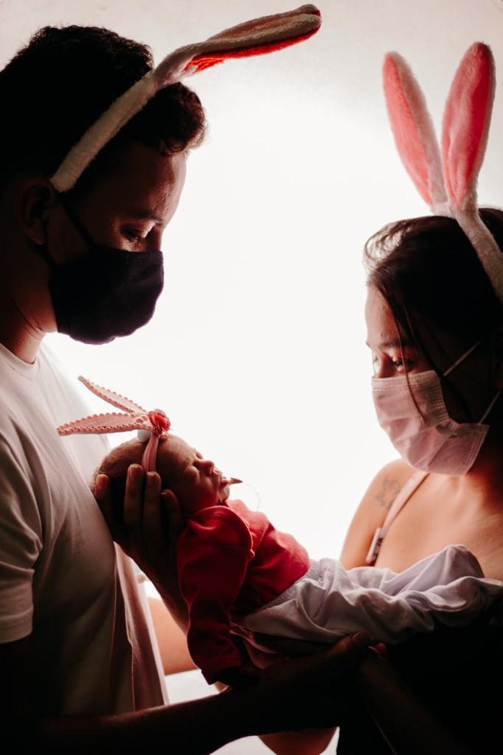 Letícia Soares e Victor Hugo, pais da Maria Alice, participaram do ensaio no Hospital Santa Juliana — Foto: Arquivo/Hospital Santa Juliana