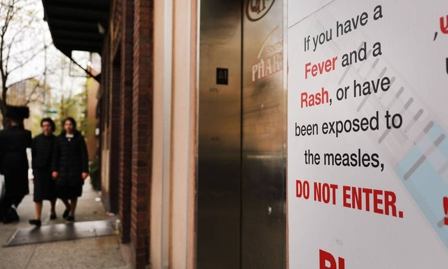 Cartaz alerta sobre perigos do sarampo em comunidade judaica ultraortodoxa em Nova York: prefeito Bill de Blasio anunciou estado de emergência e obrigou moradores a se vacinarem pela doença viral