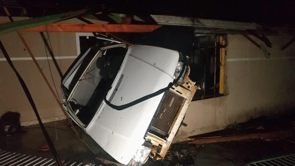 O vendaval destruiu casas e chegou a arrastar um carro na noite de sexta-feira (30), em Itaperuçu — Foto: Tony Mattoso/RPC
