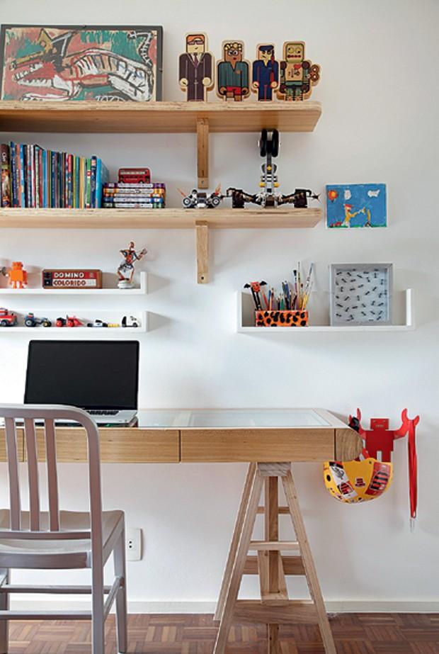 No projeto da arquiteta carioca Leila Bittencourt, os livros ocupam as prateleiras acima da escrivaninha e dividem espaço com bonecos. A cadeira é da Hetty Goldberg. (Foto: Edu Castello/Editora Globo)