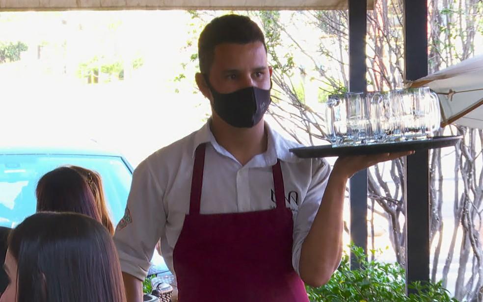 Uma das vagas oferecidas no Sine Amapá é para garçom — Foto: Reprodução/EPTV
