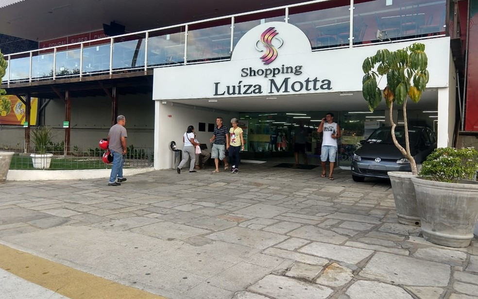 Crime ocorreu em frente ao portão principal do Shopping Luiza Motta, em Campina Grande — Foto: Sandra Paula/TV Paraíba