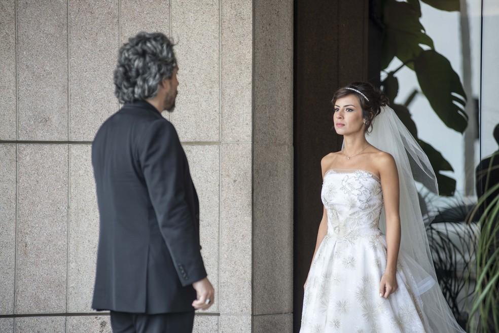 Maria Clara (Andréia Horta) promete a José Alfredo (Alexandre Nero) que não vai mais chorar por Enrico (Joaquim Lopes) - 'Império' — Foto: Ellen Soares/Globo