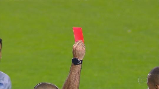 Árbitro de Boca x Cruzeiro tem média de quase sete cartões por jogo nesta Libertadores