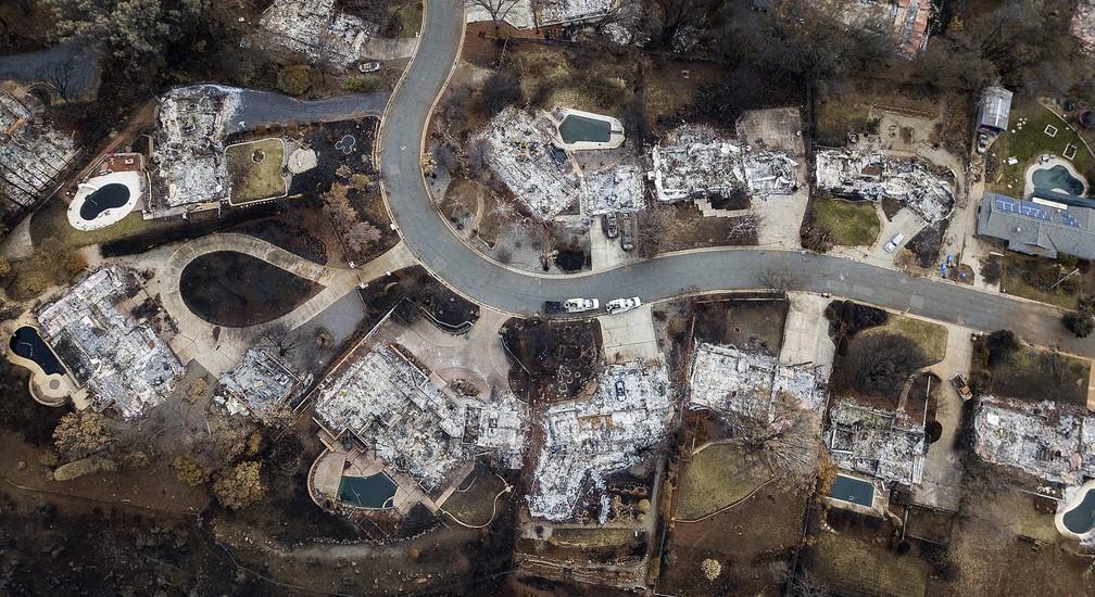 Rastro de destruição causado por incêndio florestal deixou apenas restos de casas e suas piscinas em imagem aérea de uma rua em Paradise, na Califórnia. A foto de segunda-feira (3) foi divulgada nesta terça (4) — Foto: Noah Berger/AP