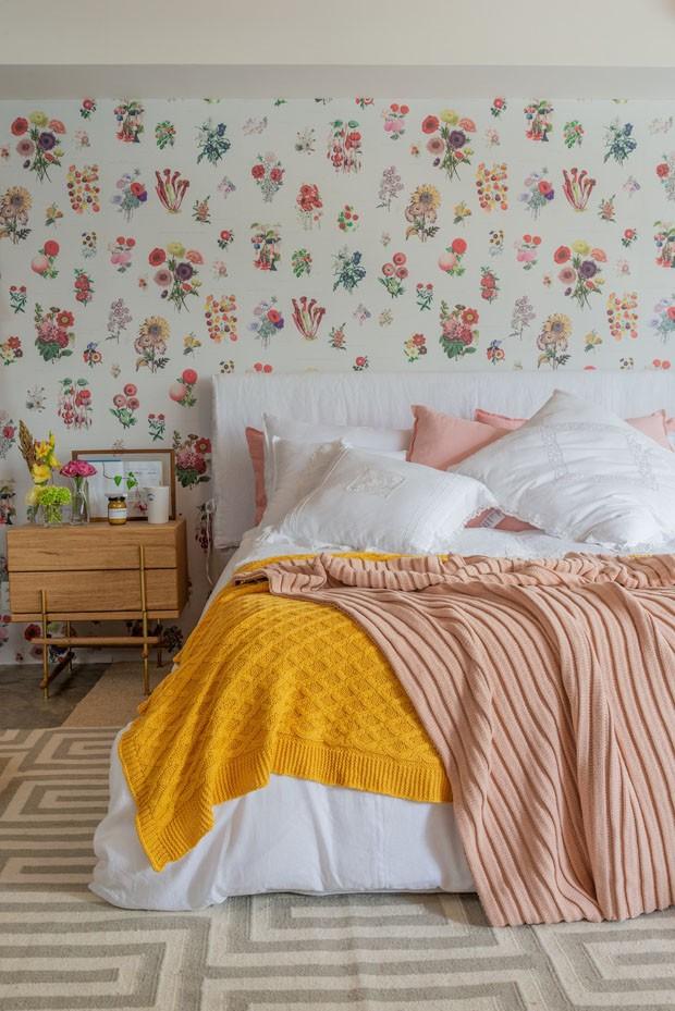 Décor do dia: quarto de casal com papel de parede botânico (Foto: Reprodução/Divulgação)