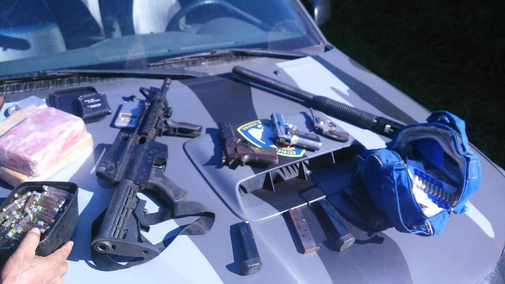 Armas e drogas são apreendidas em operação da Polícia Militar (Foto: Divulgação/ Polícia Militar)