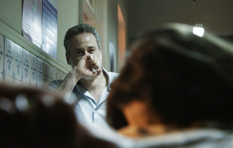 Joyce sofre muito vendo o filho na cama de hospital (Foto: TV Globo)