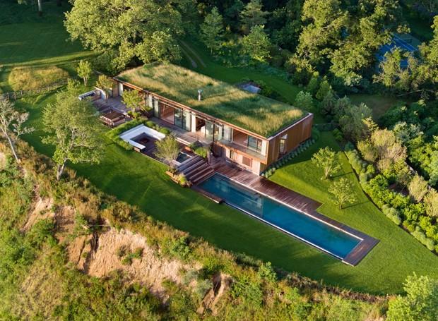 Localizada próximo aos Hamptons de Nova Iorque, a casa é construída na horizontal, com vista para a baía Peconic (Foto: Michael Moran/ Reprodução)