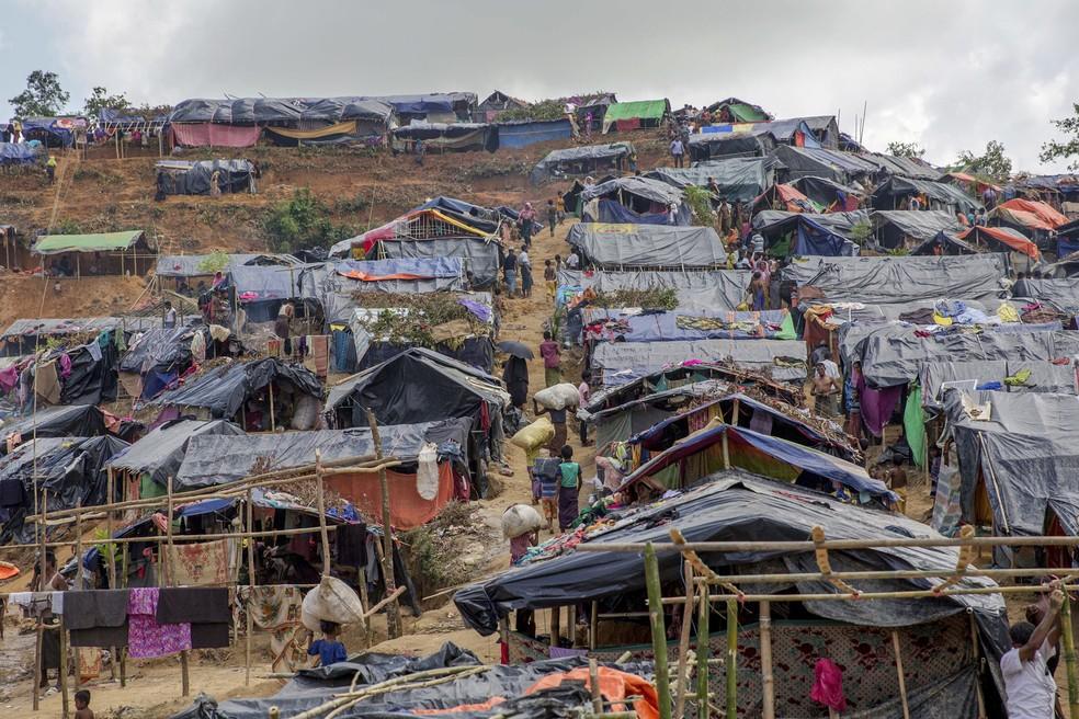 Tendas recentemente instaladas cobrem uma colina em um campo de refugiados para muçulmanos rohingya que cruzaram de Mianmar para Bangladesh, em Taiy Khali, Bangladesh, em imagem de arquivo (Foto: Mohammed Abed/AFP)