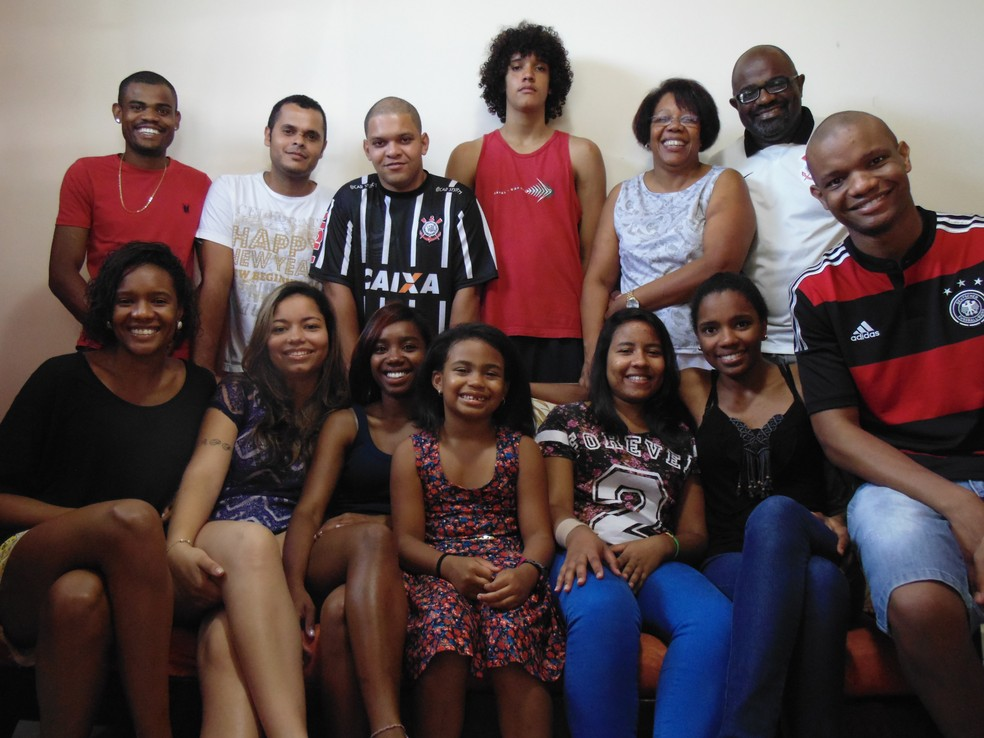 Pereira (na última fileira, à direita, de camisa branca), sua mulher e os seus 11 filhos; 8 deles são adotados (Foto: Paulo Sérgio Pereira/Arquivo Pessoal)