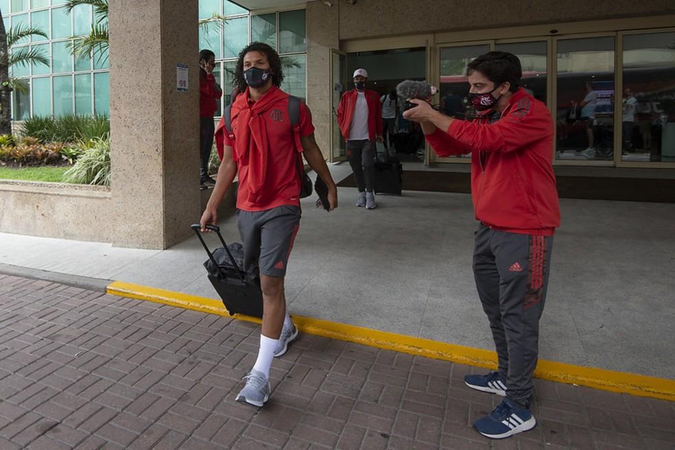 Willian Arão chega com a delegação em Quito — Foto: Alexandre Vidal / CRF