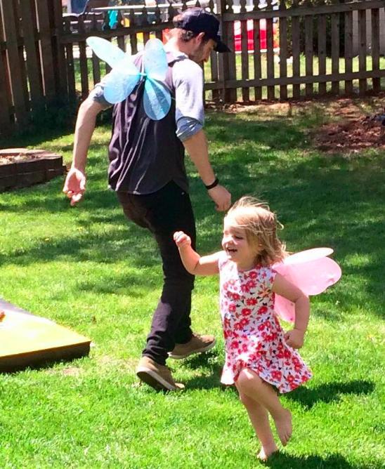 Molly e o pai, Trevor, brincando no jardim, em foto antes do acidente (Foto: Reprodução / Facebook)