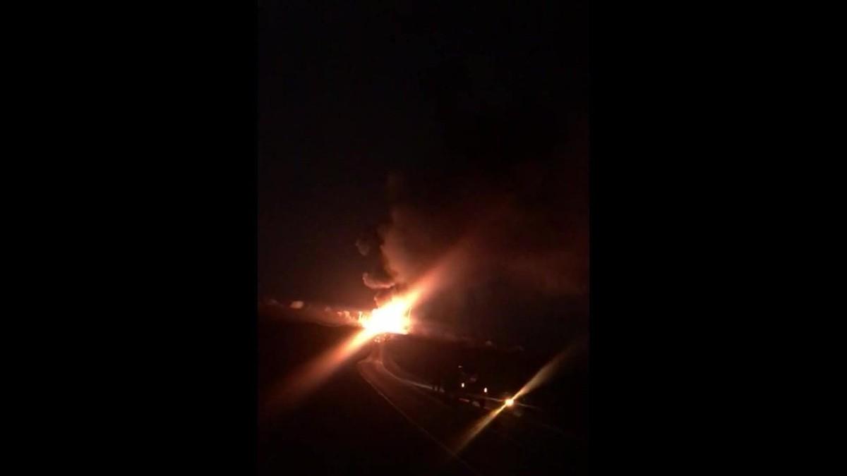 Caminhão carregado de botijões pega fogo, causa explosões e interdita rodovia, no Ceará - G1