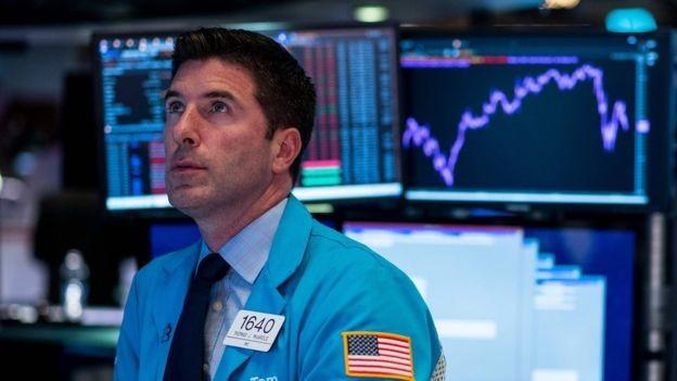 Em tempos turbulentos, investidores deixam as ações na bolsa em busca de ativos seguros, como o ouro (Foto: AFP via BBC News Brasil)