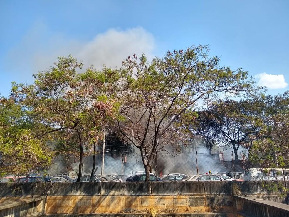 Fogo em carros mobiliza Corpo de Bombeiros em Belo Horizonte — Foto: Elton Lopes/TV Globo