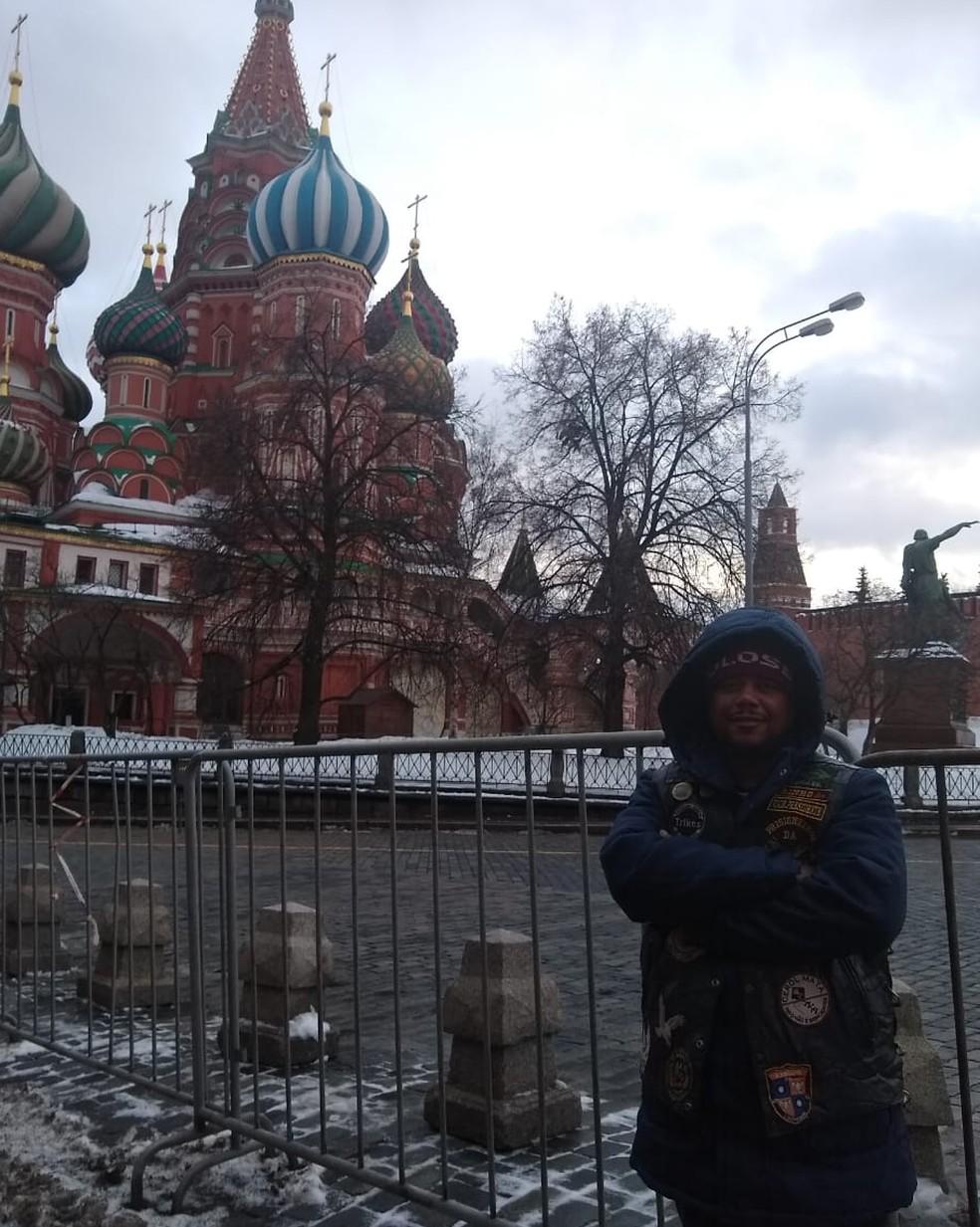 Robson na Praça Vermelha, principal ponto turístico de Moscou — Foto: Arquivo Pessoal