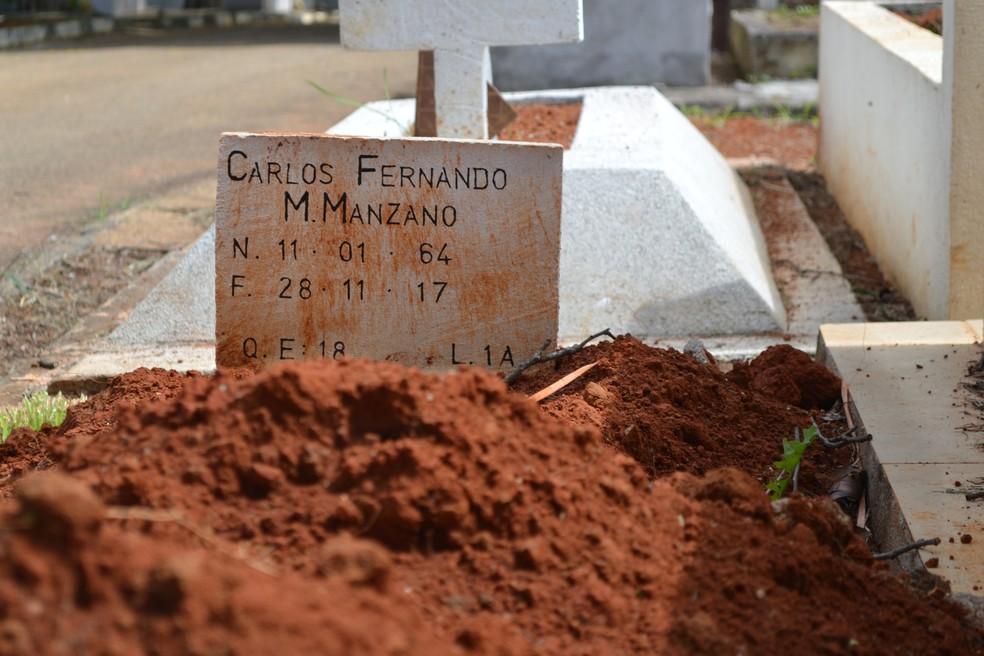 Polícia investiga se familiares do morto, que acompanharam o enterro, sabiam da suposta identidade falsa — Foto: Maiara Barbosa/G1