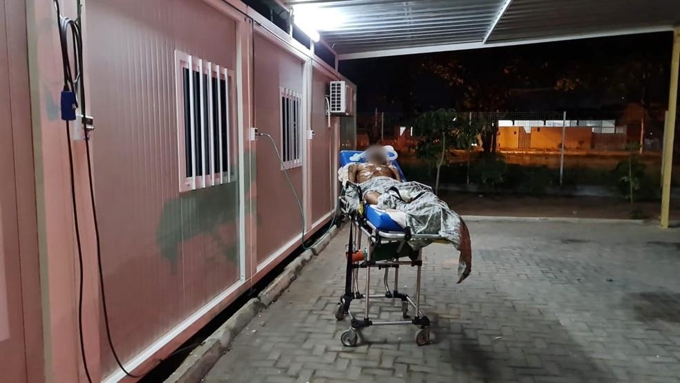Paciente recebe oxigênio ao lado de fora de UPA superlotada na Zona Sul de Natal. — Foto: Reprodução/Inter TV Cabugi