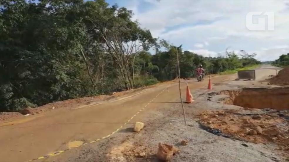 Motoristas passam ao lado de cratera todo dia (Foto: Dayanne Saldanha/Rede Amazônica)