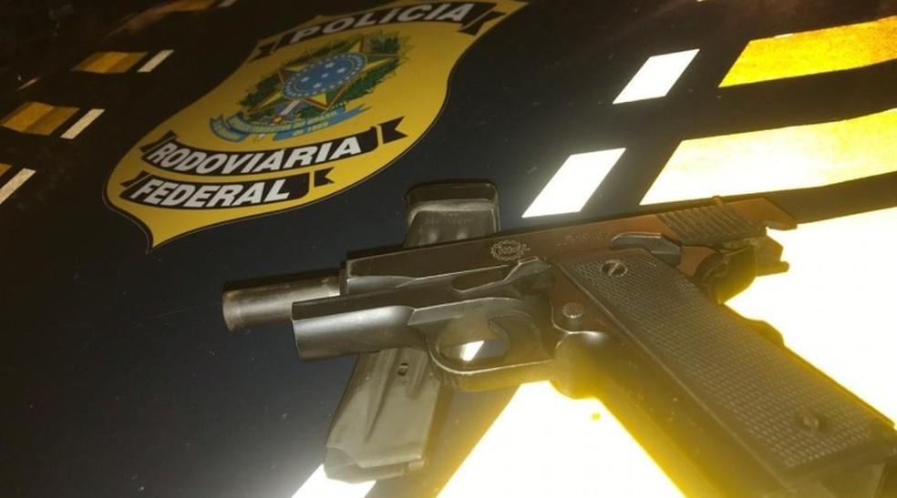 PRF apreendeu arma e deteve motorista em São José de Mipibu — Foto: Divulgação/PRF