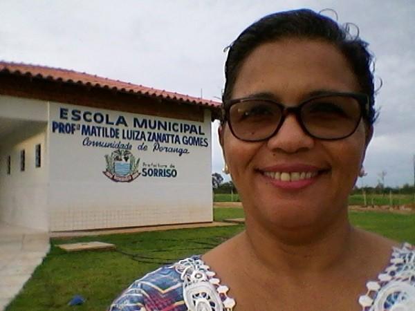 A professora Ana Catarina dos Reis, em frente à escola que ajudou a fundar, no MT
