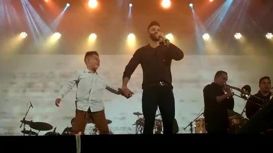 Em noite fria, fãs mirins 'invadem' palco de Gusttavo Lima na Festa Junina de Votorantim